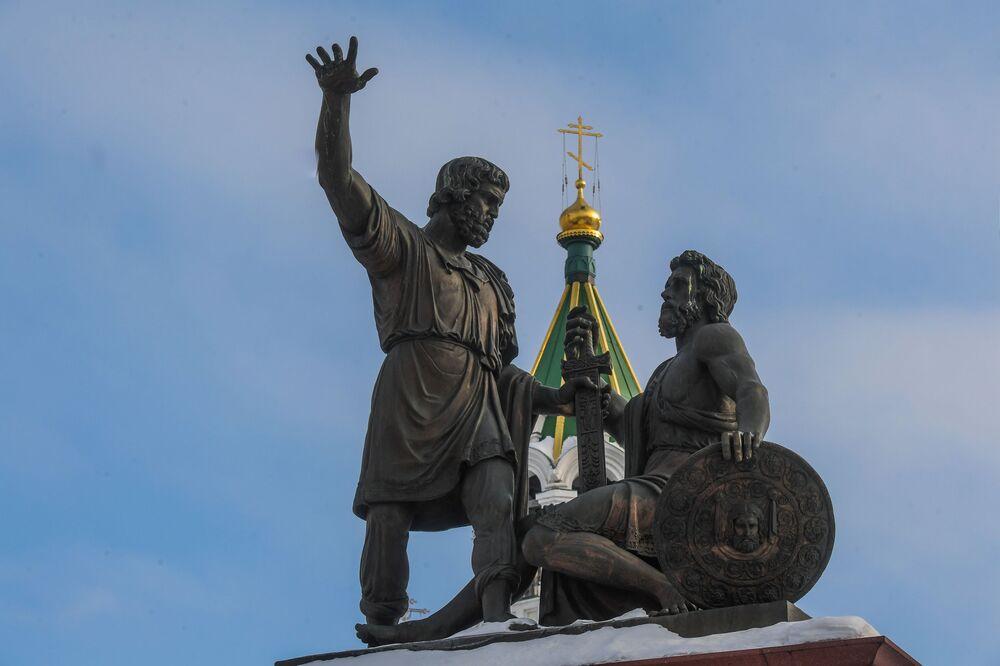 تمثال لـ مينين وبوجارسكي في ساحة نارودنوي يدينستفو (الوحدة الشعبية) في مدين  نيجني نوفغورود