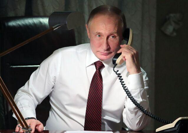 الرئيس الروسي فلاديمير بوتين خلال إجراء مكالمة هاتفية مع بطريرك القسطنطينية الأرثوذكسية بارثولوميو من مقر إقاته في أنقرة، تركيا