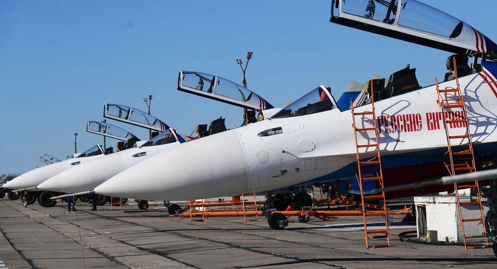بروفة العرض الجوي بمناسبة عيد النصر - مقاتلات سو-30 إس إم لفرقة الاستعراض الجوي روسكي فيتيازي (الفرسان الروس) في مطار كوبينكا