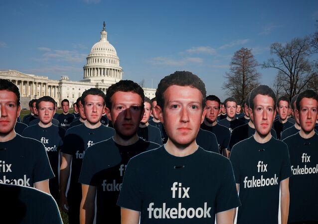 مئات من المجسمات لمؤسس شركة فيسبوك مارك زوكربرغ ضمن تظاهرة ضد أمام مبنى الكونغرس الأمريكي الثلاثاء 10 نيسان/أبريل 2018