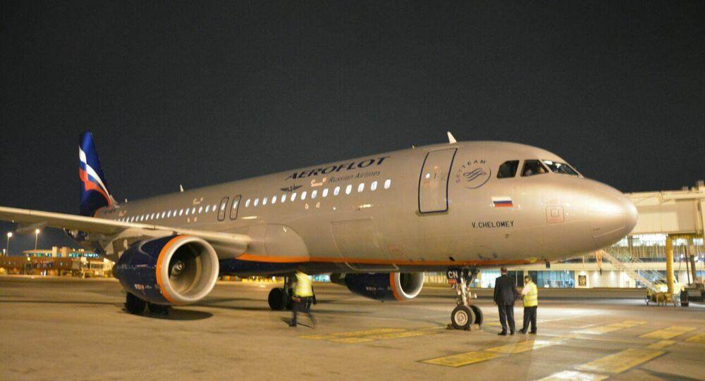 طائرة إيروفلوت في مطار القاهرة