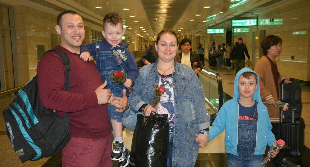 أسرة روسية من ركاب طائرة إيروفلوت في مطار القاهرة