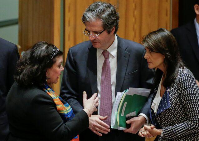 الممثلة الدائمة للولايات المتحدة لدى الأمم المتحدة نيكي هايلي، ومندوبة بريطانيا كارين بيرس، ومندوب فرنسا فرانسوا ديلاتر في مجلس الأمن، نيويورك، الولايات المتحدة 13  أبريل/ نيسان 2018