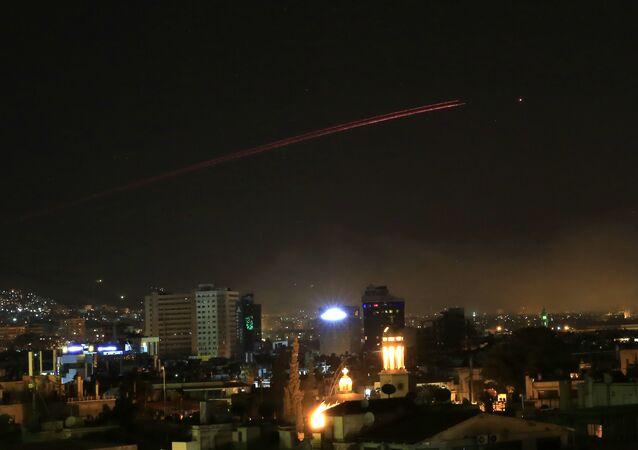 سماء دمشق لدى محاول صد الضربات الهجومية في مختلف مناطق العاصمة، سوريا 14 أبريل/ نيسان 2018