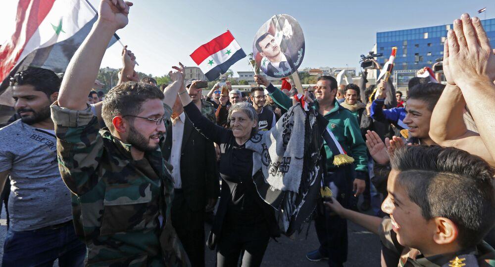 Сирийцы во время демонстрации против воздушных ударов коалиции под командованием США в Дамаске