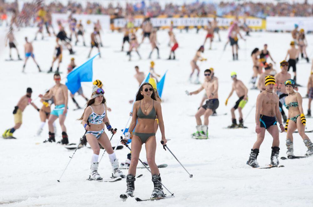 المشاركون في التزلج الجماعي في ملابس السباحة غريلكا فيست في كيميريفو، روسيا