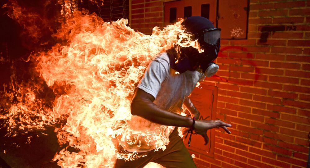 مسابقة صور الصحافة العالمية لعام 2018 - صورة بعنوان أزمة فنزويلا للمصور رونالدو شيميدت من فنزويلا، الفائزة بالمرتبة الأولى في فئة التصوير أخبار الحدث