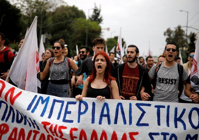 مظاهرة في اليونان ضد الهجوم الثلاثي على سوريا