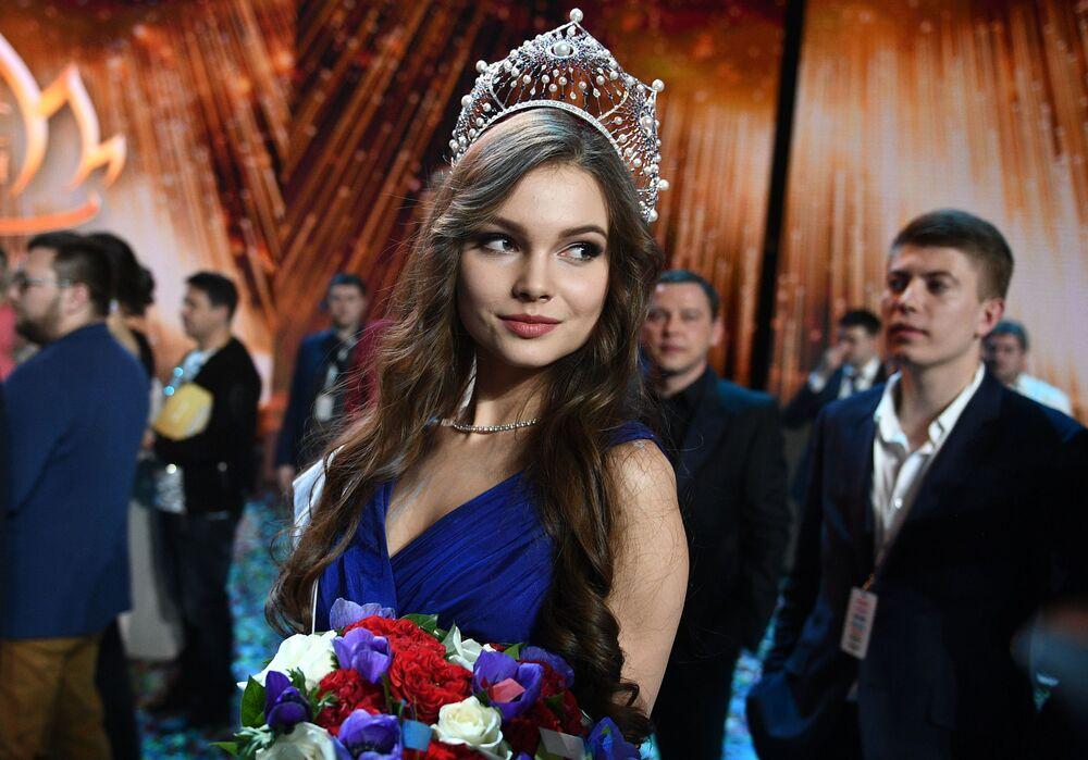 ملكة جمال روسيا لعام 2018 يوليا بولاتشيخينا في حفل تسليم الجوائز بمسابقة ملكة جمال روسيا 2018