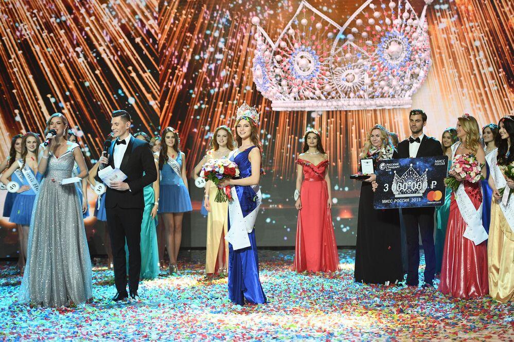 ملكة جمال روسيا 2018 يوليا بولاتشيخينا في حفل تسليم الجوائز بمسابقة ملكة جمال روسيا 2018