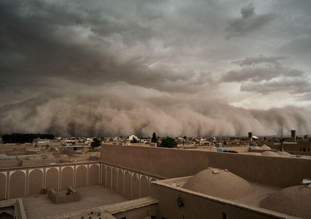 عاصفة رملية تقترب من يزد، إيران 16 أبريل 2018
