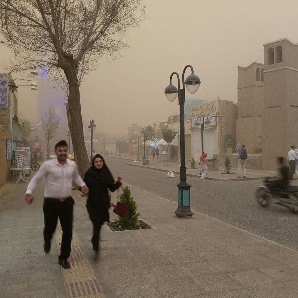 الناس تركض خلال عاصفة رملية في يزد، إيران، 16 أبريل/نيسان، 2018