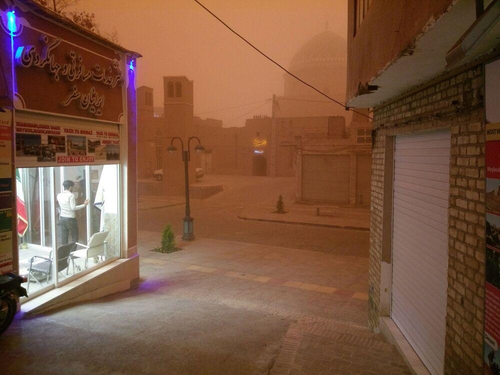 منظر لشارع أثناء عاصفة رملية في يزد، إيران، 16 أبريل/نيسان، 2018
