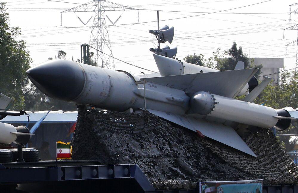 شاحنة عسكرية إيرانية تحمل صواريخ خلال استعراض بمناسبة يوم الجيش السنوي للبلاد، 18 أبريل/نيسان 2018 في طهران.