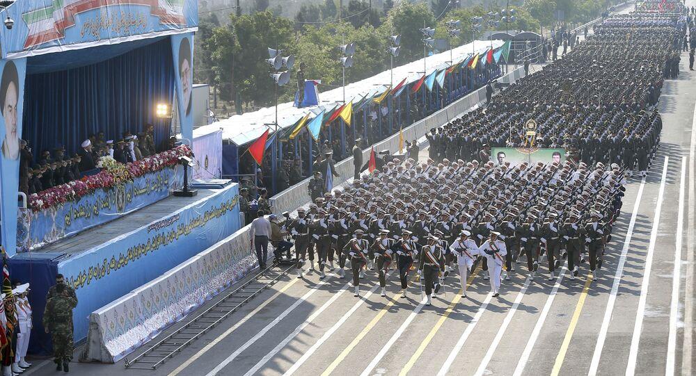 قوات الجيش الإيراني تسير في موكب بمناسبة الاحتفال بيوم الجيش الوطني أمام ضريح المؤسس الثوري الراحل آية الله الخميني، خارج طهران، إيران، اليوم الأربعاء 18 أبريل/نيسان 2018.
