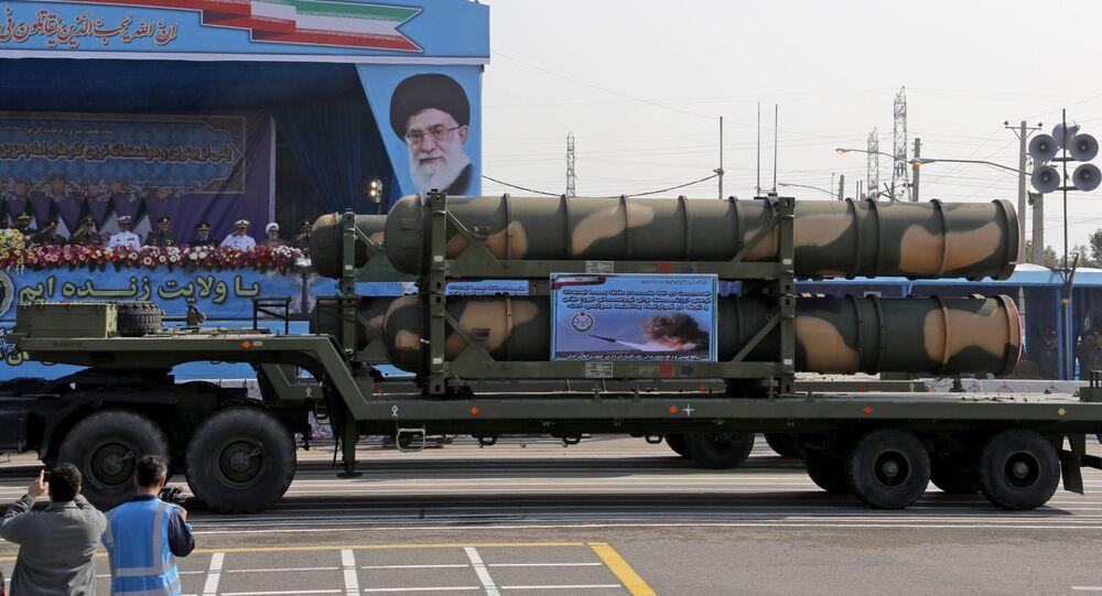 شاحنة عسكرية إيرانية تحمل أجزاءًا من منظومة صواريخ دفاع جوي من طراز S-300 خلال استعراض بمناسبة يوم الجيش السنوي للبلاد، 18 أبريل/نيسان 2018 في طهران.