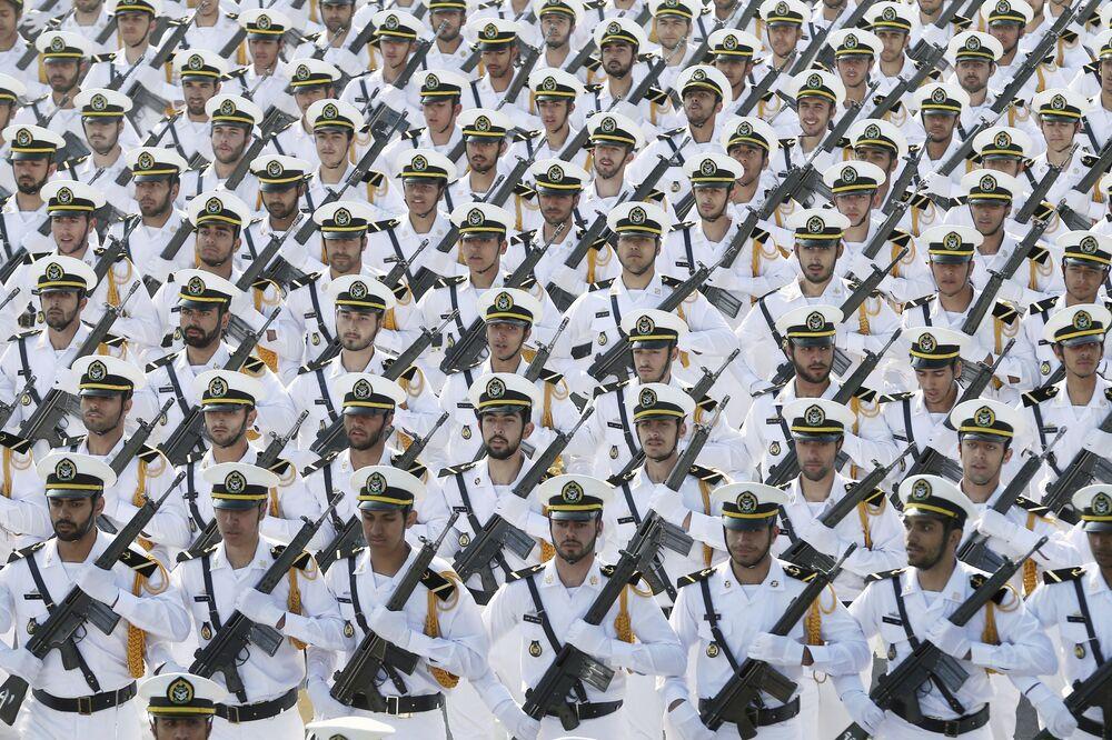قوات الجيش الإيراني تسير في موكب بمناسبة الاحتفال بيوم الجيش الوطني أمام ضريح المؤسس الثوري الراحل آية الله الخميني، خارج طهران، إيران، الأربعاء 18 أبريل/نيسان 2018.