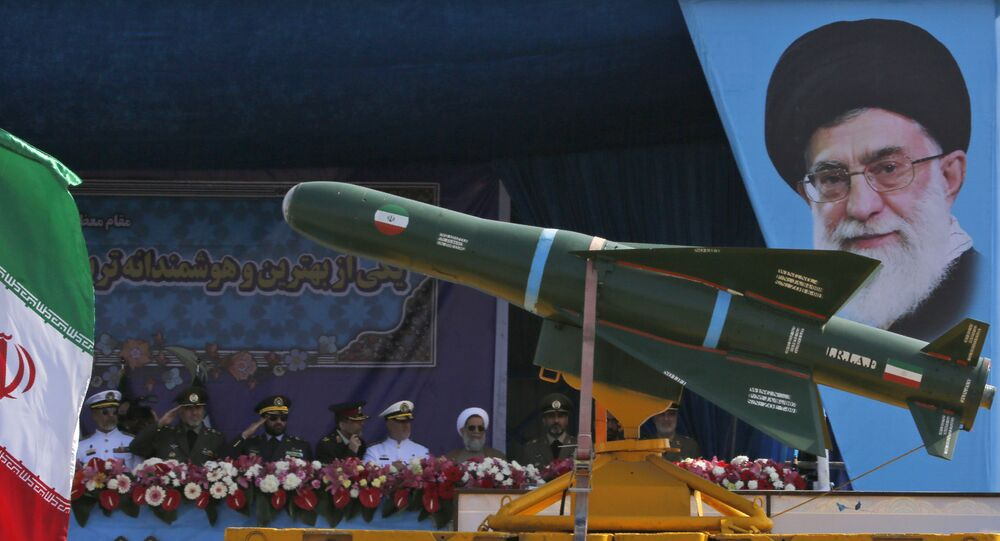 شاحنة عسكرية إيرانية تحمل صواريخ أمام لوحة للزعيم الإيراني الأعلى آية الله علي خامنئي خلال استعراض بمناسبة يوم الجيش السنوي للبلاد، 18 أبريل/نيسان 2018 في طهران.