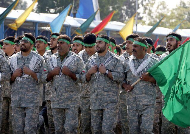 أعضاء إيرانيون من ميليشيا الباسيج بمسيرة بمناسبة يوم الجيش السنوي للبلاد، 18 أبريل/نيسان 2018 في طهران. وقال الرئيس حسن روحاني خلال العرض أن إيران لا تنوي أي اعتداء على جيرانها لكنها ستواصل إنتاج كل الأسلحة التي تحتاجها للدفاع عنها.