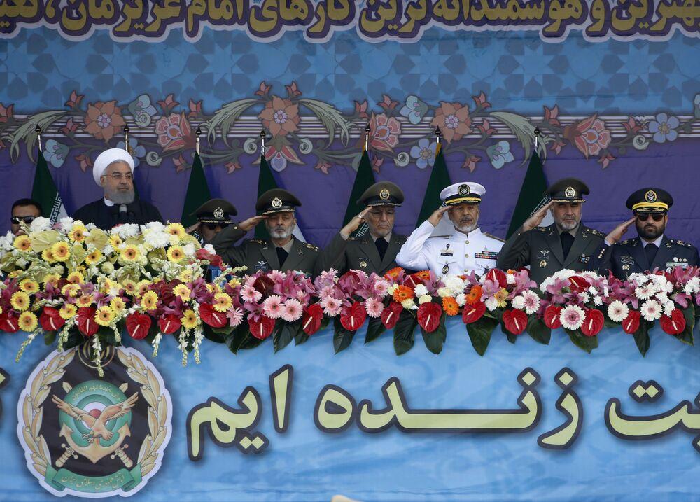 الرئيس الإيراني حسن روحاني (من اليسار) وكبار أعضاء القوات المسلحة الإيرانية خلال مناسبة يوم الجيش الإيراني، 18 أبريل/نيسان 2018 في طهران.
