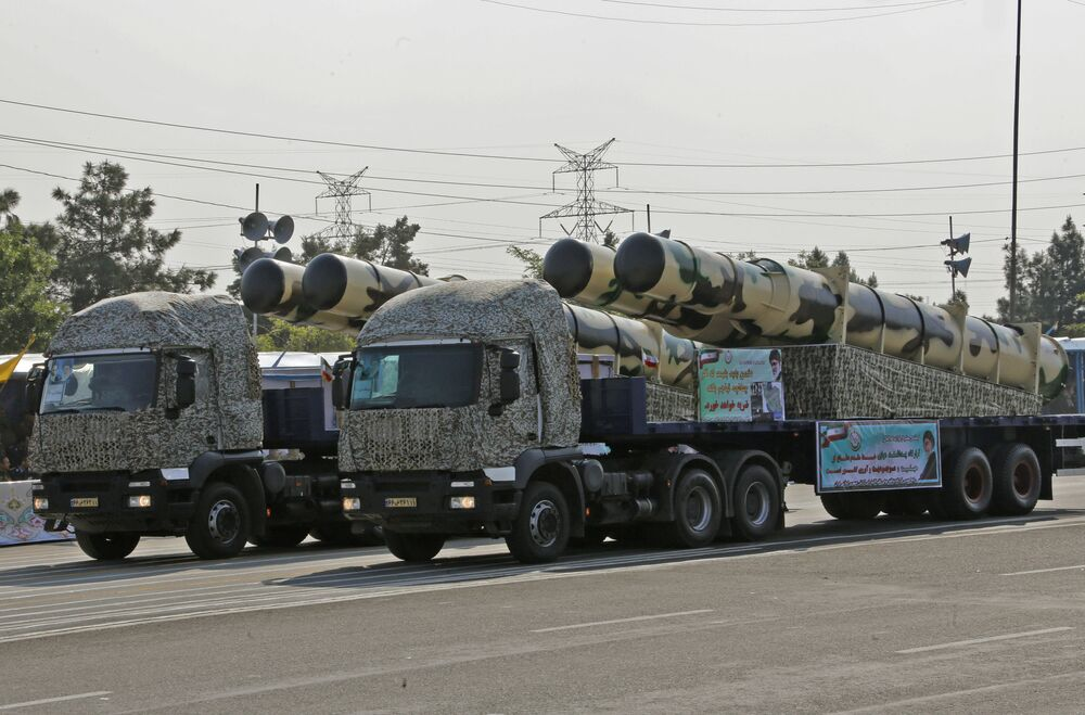 شاحنة عسكرية إيرانية تحمل أجزاءًا من منظومة الصواريخ الدفاعية S-200 خلال استعراض بمناسبة عيد الجيش الإيراني 18 أبريل/نيسان 2018 في طهران.