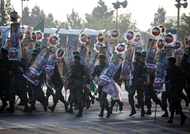 جنود إيرانيون يسيرون خلال مسيرة بمناسبة عيد الجيش الإيراني السنوي، يوم 18 أبريل/نيسان 2018 في طهران. وقال الرئيس حسن روحاني خلال العرض أن إيران لا تنوي أي اعتداء على جيرانها لكنها ستواصل إنتاج كل الأسلحة التي تحتاجها للدفاع عنها.