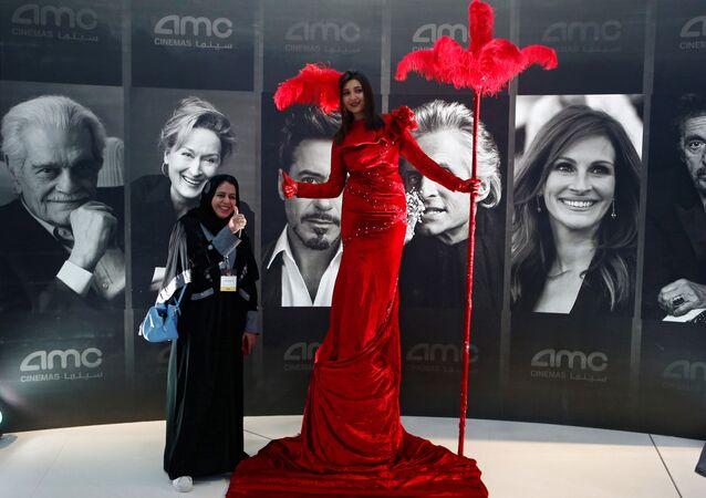 امرأة سعودية داخل أول سينما بالرياض، 18 أبريل/ نيسان 2018