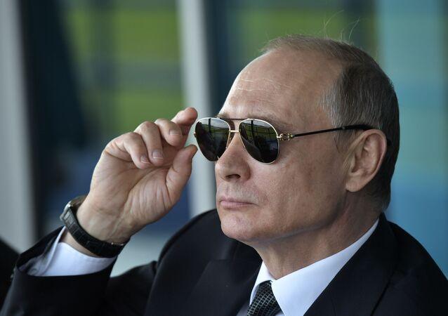 الرئيس الروسي فلاديمير بوتين خلال معرض للطيران ماكس ، 18 يوليو/تموز 2017