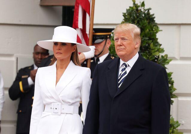 الرئيس الأمريكي دونالد ترامب مع زوجته ميلانيا ترامب في البيت الأبيض، الثلاثاء 23 نيسان/أبريل 2018