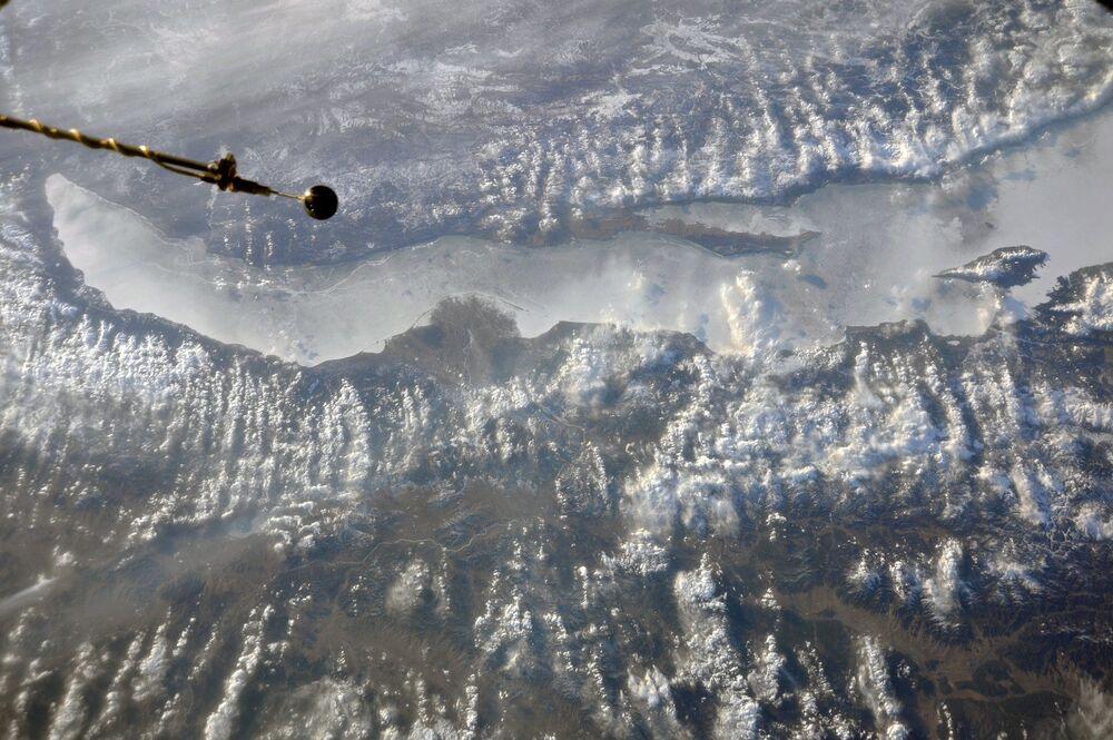 صورة لبحيرة بايكال الروسية في فصل الربيع التقطها رائد فضاء الروسي أنطون شكابليروف من محطة الفضاء الدولية