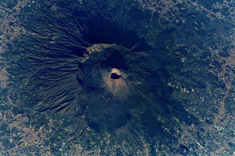 صورة بركان فيزوف في إيطاليا التقطها رائد فضاء الروسي أنطون شكابليروف من محطة الفضاء الدولية