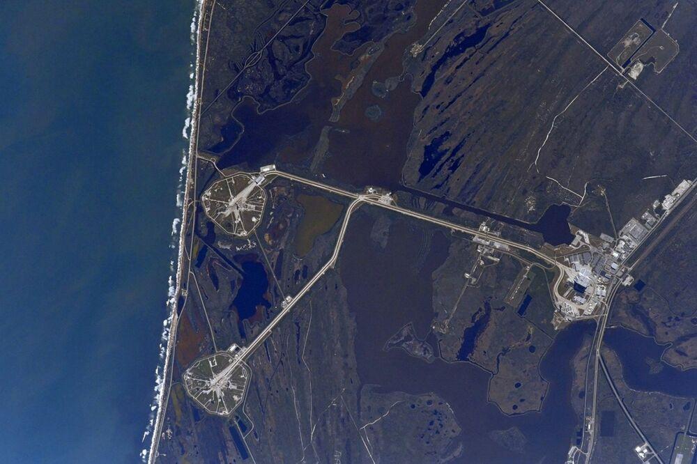 صورة للتجمعات LC-39A وLC-39B الواقعة على أراضي مركز الفضاء كينيدي، التقطها رائد فضاء الروسي أنطون شكابليروف من محطة الفضاء الدولية