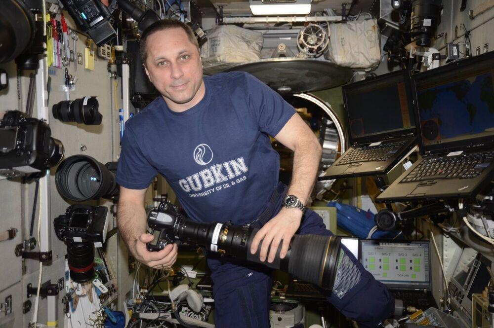 رائد فضاء الروسي أنطون شكابليروف يحمل كاميرا التصوير على متن محطة الفضاء الدولية ناسا