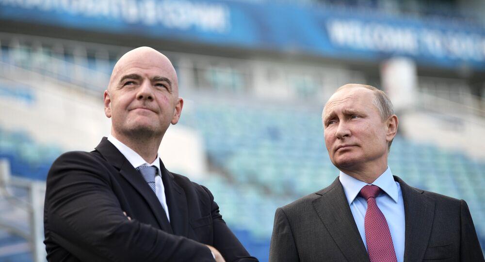 الرئيس الروسي فلاديمير بوتين وجياني إنفانتينو رئيس الاتحاد الدولي لكرة القدم (فيفا)