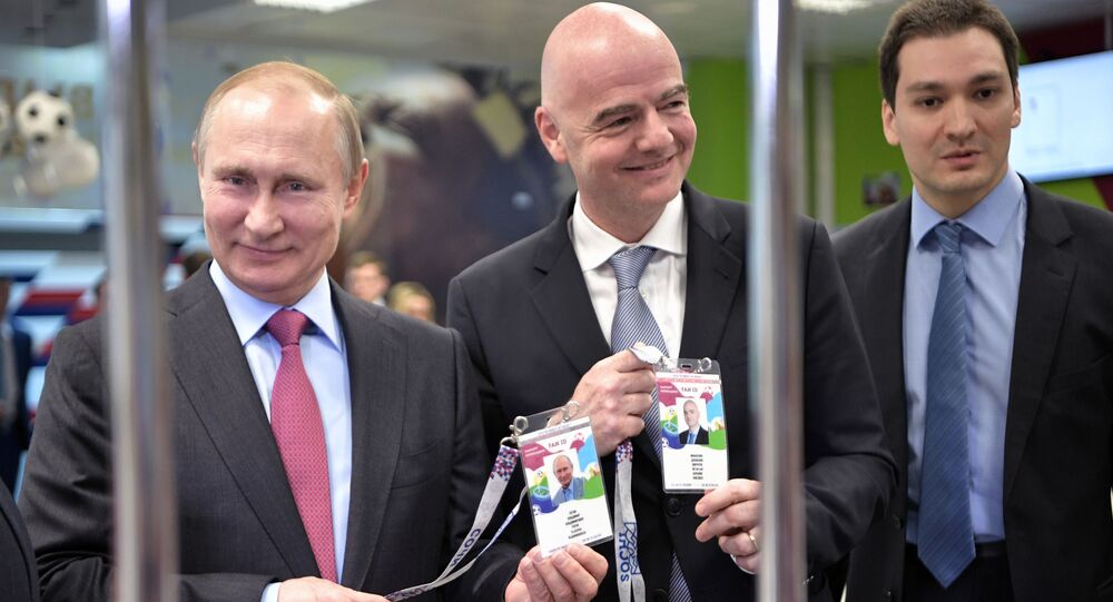 الرئيس الروسي فلاديمير بوتين وجياني إنفانتينو رئيس الاتحاد الدولي لكرة القدم (فيفا) يحصلنان على بطاقة المشجع في مدينة سوتشي، روسيا 3 مايو/ أيار 2018