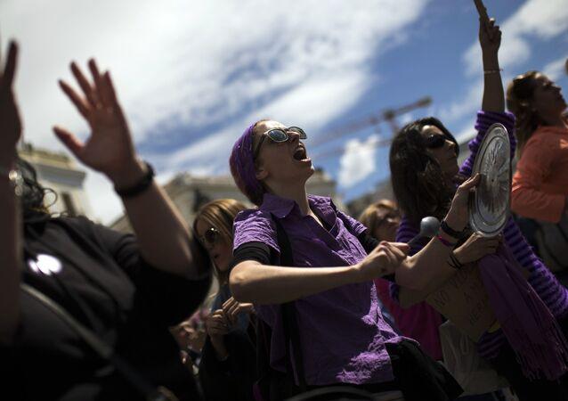 نساء يرفعن شعارات خلال احتجاجات ضد خمسة رجال متهمون بالاغتصاب الجماعي وإدانتهم بجناية أقل من الاعتداء الجنسي في مدريد، إسبانيا 2 مايو/ أيار 2018