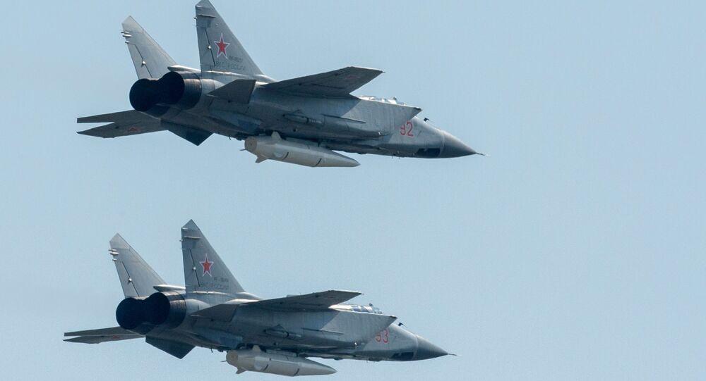 مقاتلة متعددة المهام ميغ-31كا مزودة بـكينجال تحلق فوق موسكو في بروفة عسكرية جوية بمناسبة عيد النصر