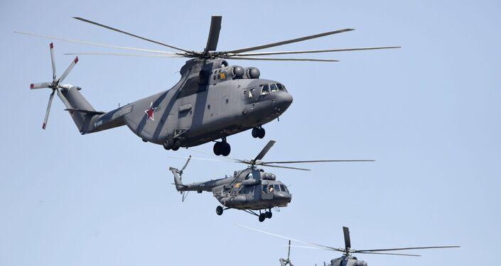 الجزء الجوي من العرض العسكري في موسكو بمناسبة عيد النصر - مي-8 و مي -26