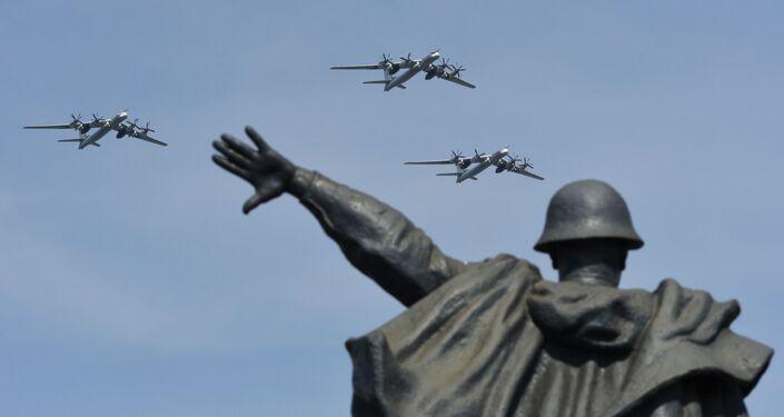 الجزء الجوي من العرض العسكري في موسكو بمناسبة عيد النصر - تو - 95 إم إس