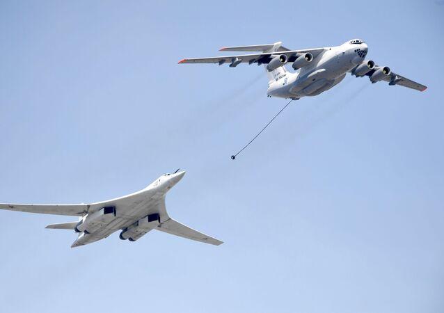 الجزء الجوي من العرض العسكري في موسكو بمناسبة عيد النصر - إيل-78 وتو-160