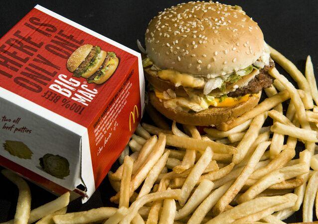 Биг Мак и картошка фри из сети ресторанов быстрого питания MсDonald's
