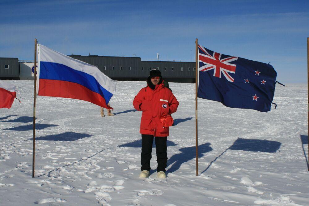 في الصورة: ألكسندر نوفيكوف الباحث في الجامعة الوطنية للأبحاث النووية ميفي، وهو إلى جانب علم روسيا وعلم أستراليا-الدول المشاركة في الأبحاث في القطب الجنوبي