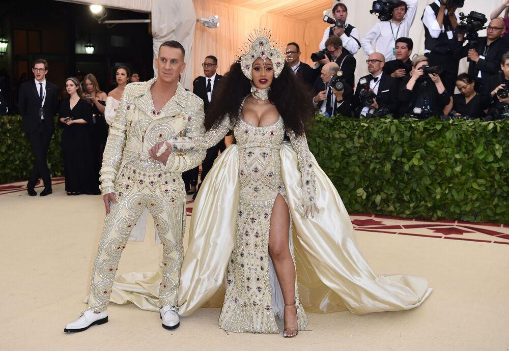 مصمم أزياء جيري سكون والمغنية كاردي بي في حفل 2018 Met Gala في نيويورك، 7 مايو/ أيار 2018