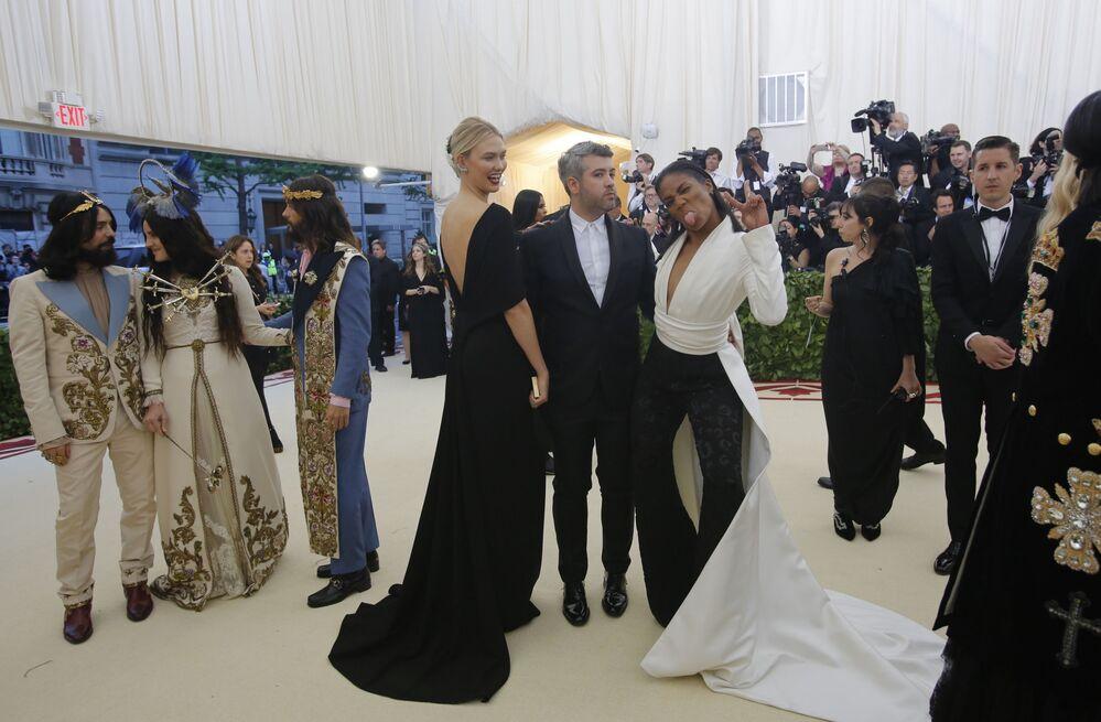عارضة أزياء كارلي كلوس ومصمم أزياء بريندون ماكسفيل والممثلة الكوميدية تيفاني هاديش في حفل 2018 Met Gala في نيويورك، 7 مايو/ أيار 2018