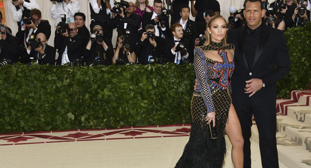 المغنية جينفر لوبيز تصل برفقة لاعب البيسبول أليكس رودريغيز إلى حفل 2018 Met Gala في نيويورك، 7 مايو/ أيار 2018