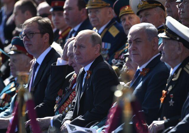 وصول الرئيس الروسي فلاديمير بوتين إلى الساحة الحمراء في موسكو مع رئيس الوزراء الإسرائيلي بنيامين نتنياهو والرئيس الصربي ألكسندر فوتشيش