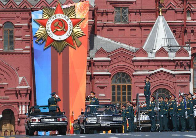 وزير الدفاع الروسي الجنرال سيرغي شويغو يستلم العرض العسكري.
