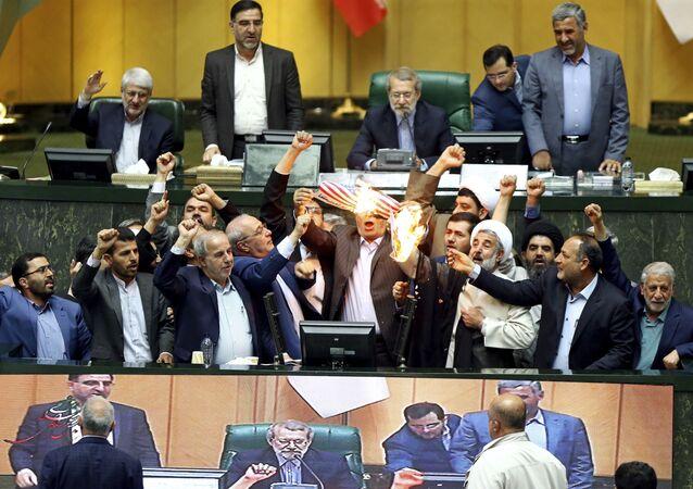 البرلمان الإيراني يحرق أوراق عليها علم الولايات المتحدة بعد خروج دونالد ترامب من صفقة الاتفاق النووي مع إيران، 9 مايو/ أيار 2018
