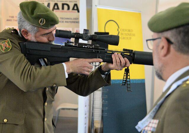 معرض قوات العمليات الخاصة سوفكس 2018 في القاعدة الجوية ماركا في الأردن - أحد الزوار يتفقد بندقية قنص الروسية ذات عيار 12.7 ملم.