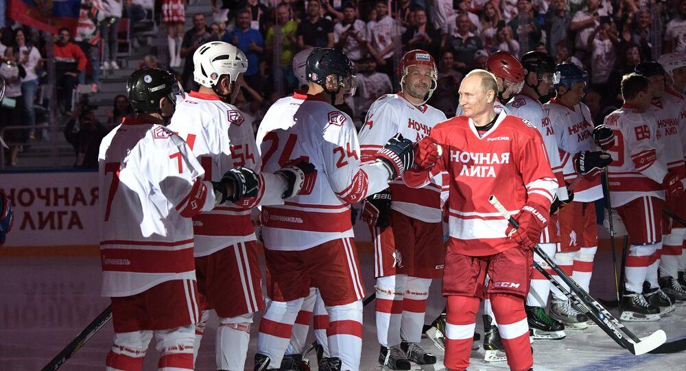 بوتين يشارك في المباراة الاحتفالية لرابطة هوكي الليل في سوتشي